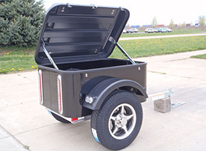 Small cargo trailer with lifted lid